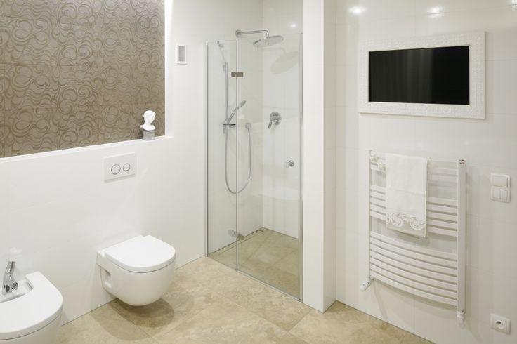 Wnęka ścienna praktycznie wykorzystana na prysznic; zamiast brodzika odpływ liniowy. Projekt: Piotr Stanisz. Fot. Bartosz Jarosz
