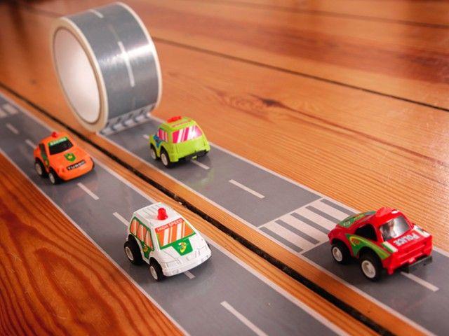 Gespot! Tape om een eigen racebaan te maken...zo creëer je in een handomdraai je eigen racebaan...en misschien nog wel prettiger, je ruimt hem ook zo weer op!