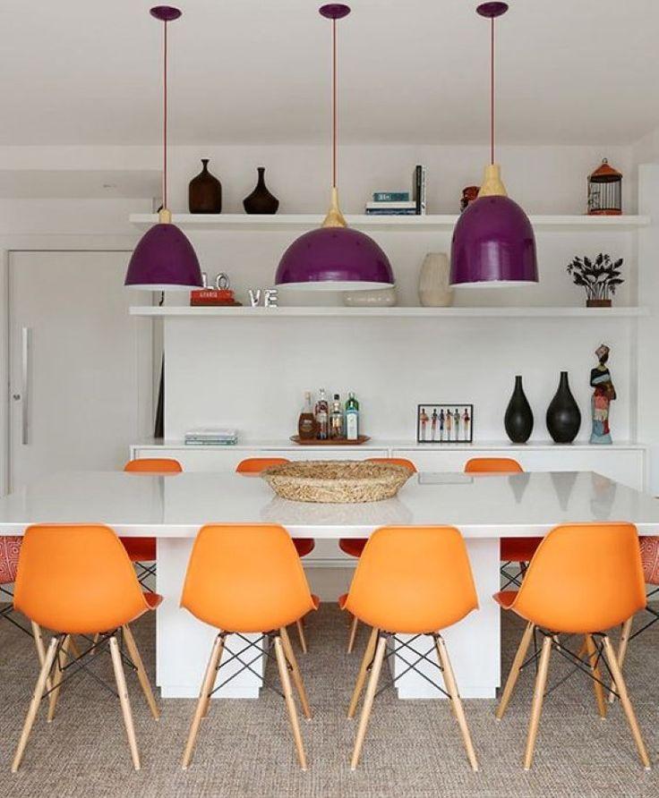 Pendentes em cima da mesa: uma ótima opção para deixar a iluminação harmoniosa e o ambiente decorado com muita classe! http://carrodemo.la/6fec8
