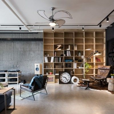 Voici un loft pour un couple. Ils ont opté pour du béton au sol, ce qui a donné le ton pour un espace industriel. Un panneau de fer accueille les propriétaires et leurs amis à l'entrée. Une fois à l'intérieur, l'espace est lumineux et ouvert et affublé d'un mélange de découvertes modernes et vintage. La bibliothèque en contreplaqué massif est la pièce maîtresse de la salle de séjour. Dans la salle à manger, la table est faite de bois et de tuyaux, comme l'étagère suspendue sur le mur de…