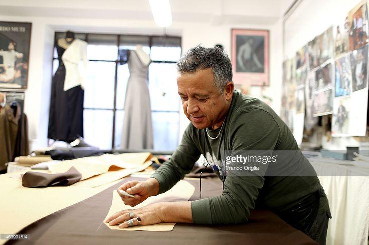 Tailor Roberto Misciali works at the Tirelli Atelier on February 20... Foto di attualità | Getty Images