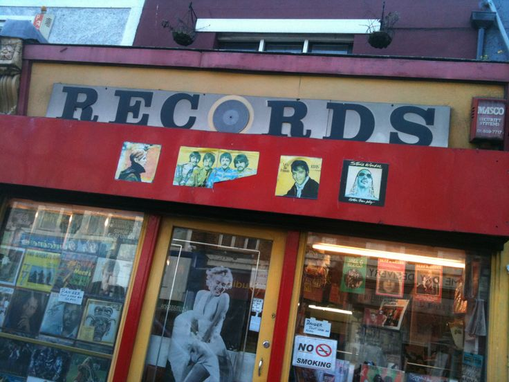 Love the way the vinyl LP determines the cap height of the other letters of this shop sign in Lewisham