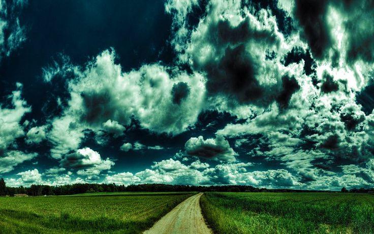 Fondo de pantalla con una maravillosa fusión de cielo nublado y la hierba verde de tierra del suelo
