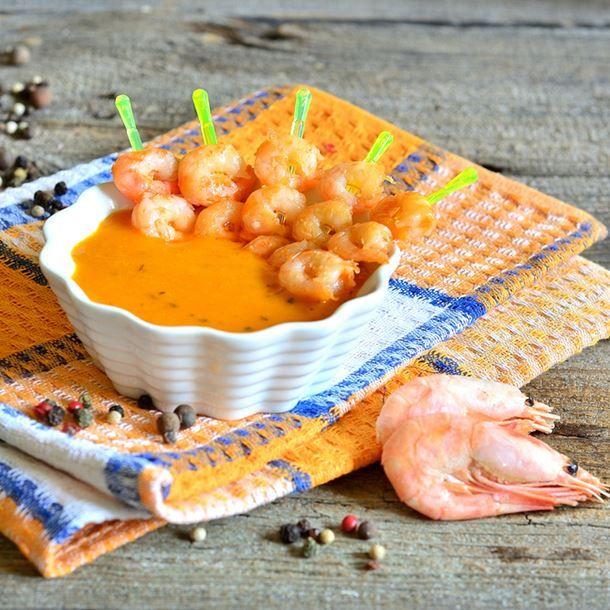 Brochettes de crevettes au houmous de carottes