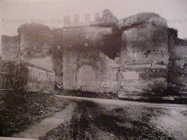 Porta Latina, con il fornice ancora murato, nel classico ambiente agreste. Anno: tra '800 e '900