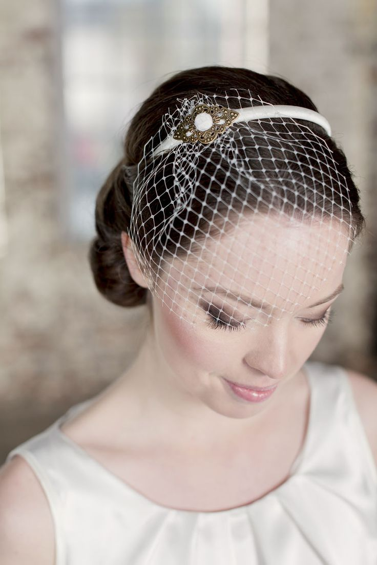Labude - Headpiece Lisette Handgefertigter Fascinator mit seidenbezogenem Haarreif, Jugendstil-Ornament und Birdcageschleier