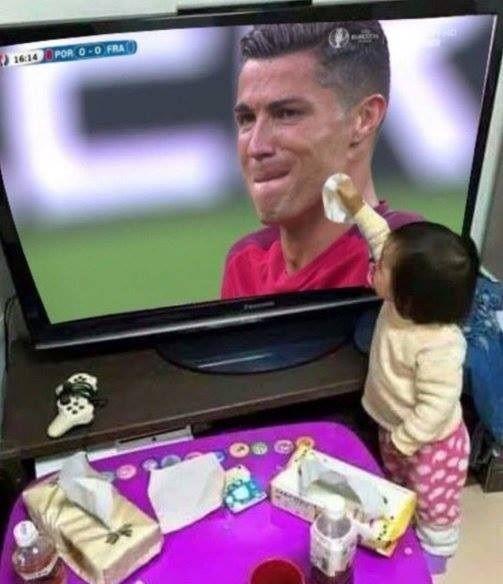 Cristiano Ronaldo musiał przedwcześnie opuścić boisko w finale Francja Portugalia • Nawet małe dziecko chce pocieszyć Ronaldo • Memy >> #ronaldo #cristianoronaldo #football #soccer #sports #pilkanozna