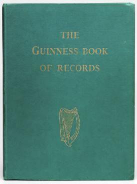El 10 de noviembre de 1951, Hugh Beaver, administrador de la cervecería Guinness, salió de caza en Irlanda. Apareció un chorlito dorado (Pluvialis apricaria), pero falló el tiro. En su defensa, argumentó que era el ave más veloz de Europa. Le contraargumentaron que era el lagópodo escocés. Beaver no pudo encontrar un libro que corroborara su posición, y pensó en la cantidad de discusiones de ese tipo que se producían a diario en los pubs irlandeses. Decidió crear un compilado de plusmarcas…
