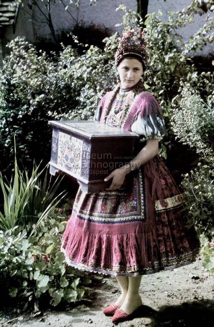 magyar népviselet hungarian folk clothes lány menyecske tulipános ládájával Váralja