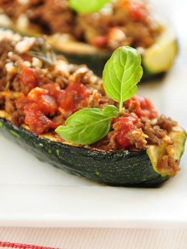 poivre, boeuf haché, courgette, oignon, cube de bouillon, huile d'olive, ail, tomate pelée, sel, herbes de provence, gruyère râpé, sucre