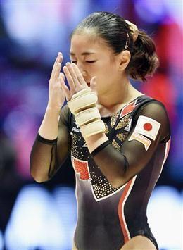 女子個人総合決勝 平均台の着地に失敗し、顔を覆う寺本明日香 =グラスゴー(共同)