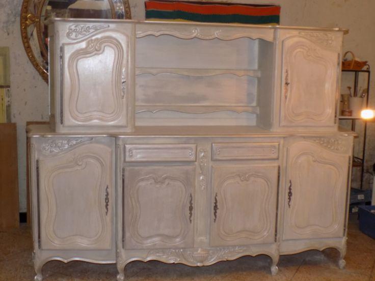 Peinture à la craie, ton sur ton , blanc et gris très clair, réhaussé avec une cire tientée argentée et pour finir un vernis mat