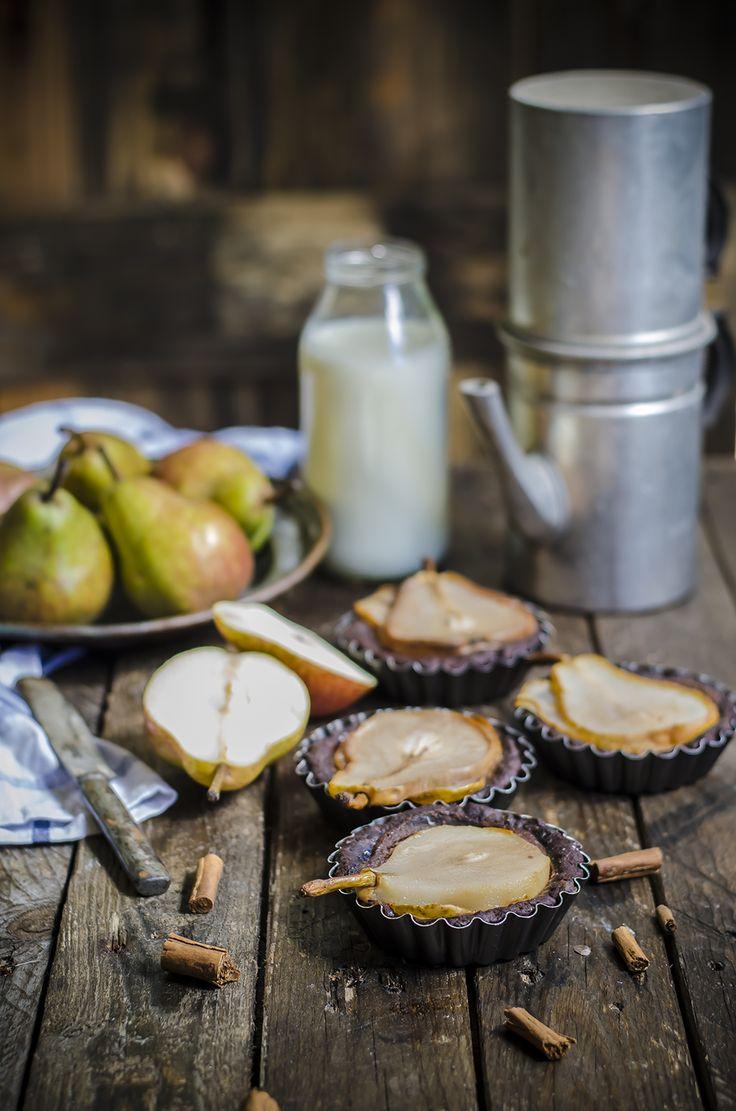Tartellette alle pere, cioccolato e mandorle Chocolate pear almond tarts