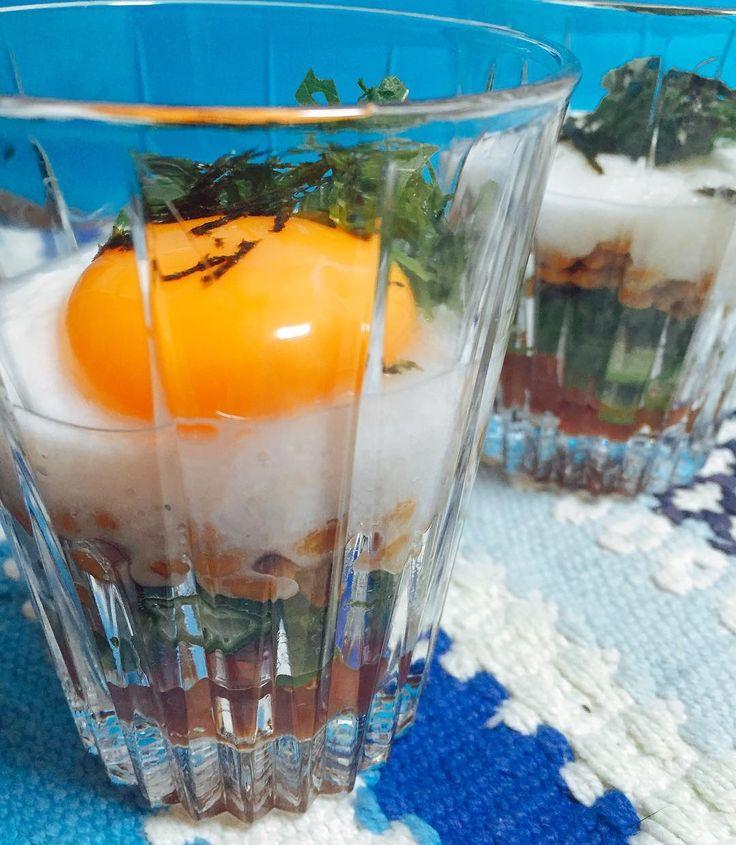 「ばくだん小鉢」は、卵、山芋、オクラ、マグロ、納豆がガラスの小鉢に入った涼し気なオードブル