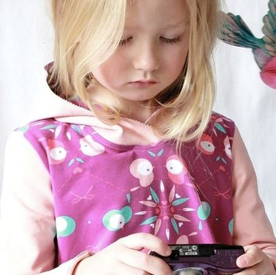 Ricarda und Nadine vom DaWanda Shop alles-für-selbermacher und Blog Pech und Schwefel zeigen Dir, wie Du einen tollen Hoodie-Pullover für Deine Tochter oder Deinen Sohn nähen kannst. Außerdem stellen Dir die beiden Schwestern das Schnittmuster für verschiedene Größen kostenlos zur Verfügung.