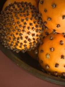 oranges with cloves during the holidays makes your house smell amazing - Oh this do smell wonderful!!!