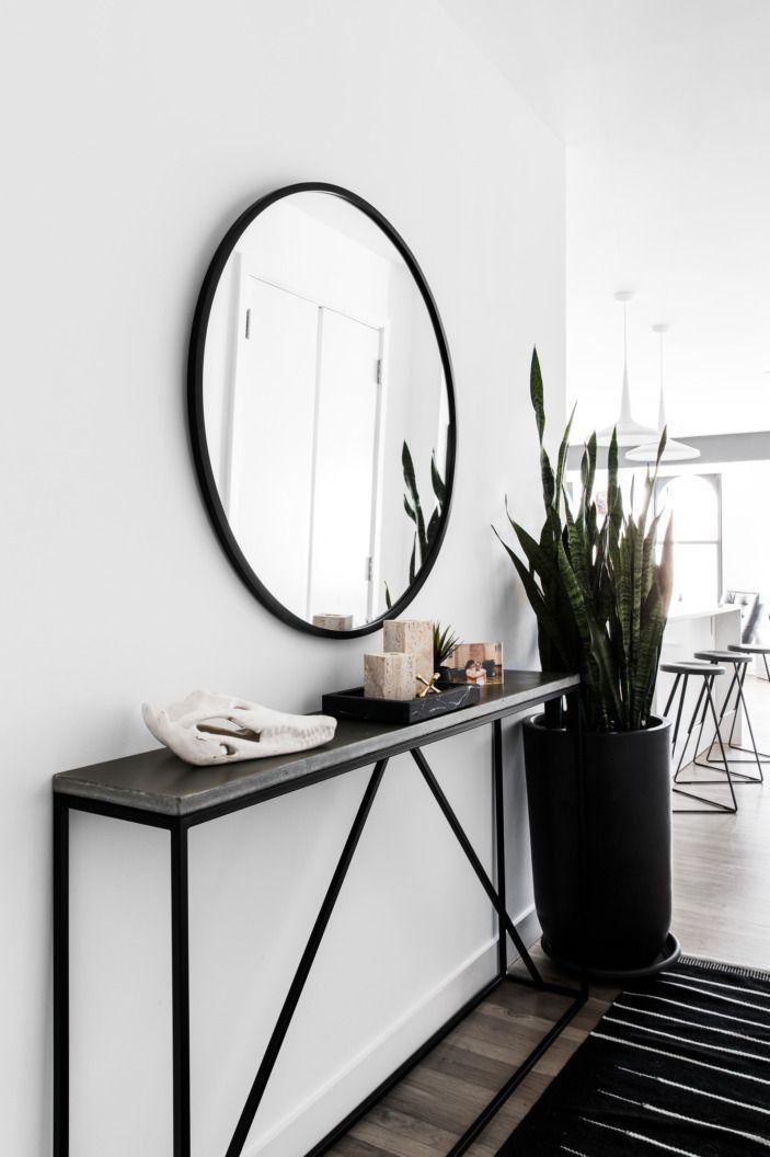 Industriell mit einem schönen Spiegel und einer weißen Wand. #ROBinterior
