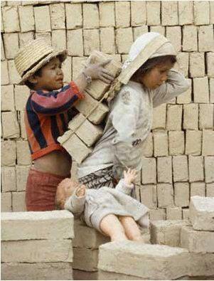 Los niños trabajando, cargando ladrillos, cuando tendrían que estar jugando