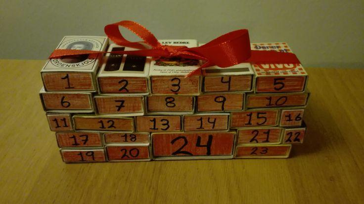 Julekalender/adventskalender af tændstiksæsker med små gaver og beskeder.