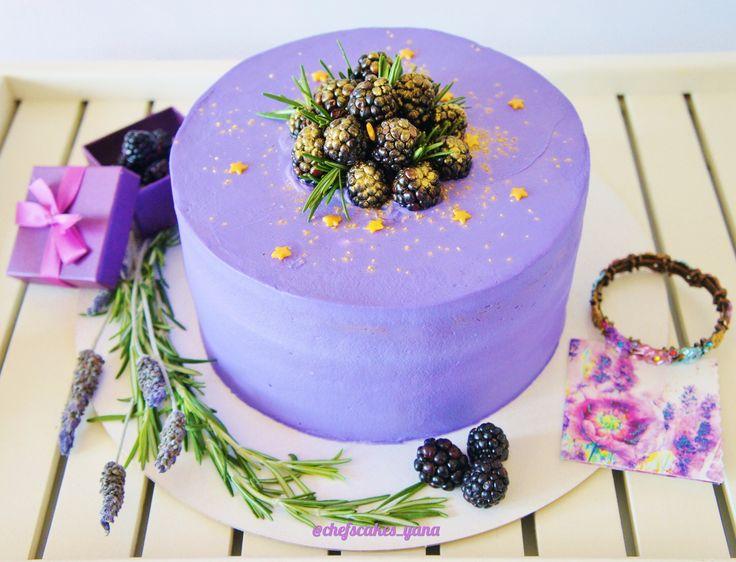 """Название торта - """"Ежевичные сны"""".  В нем четыре слоя супер-шоколадного   влажного бисквита;  легкий, нежный сливочный крем с ежевикой, которая придаёт вкусу правильную ягодную нотку;  торт покрыт сливочно-сырным кремом.  Торт украшен ягодами ежевики и розмарином. Автор instagsam.com/chefscakes_yana"""