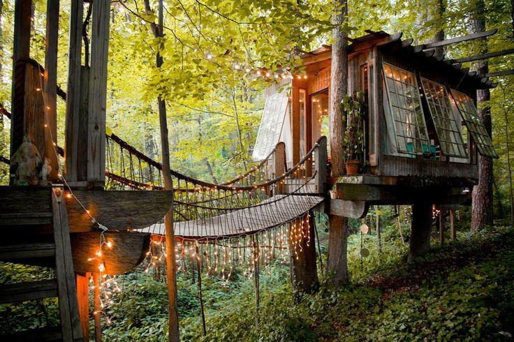 Quelque part dans une forêt pas loin d'Atlanta aux États-Unis, on trouve une cabane dans les arbres qu'on dirait tout droit sorti d'un conte de fées…