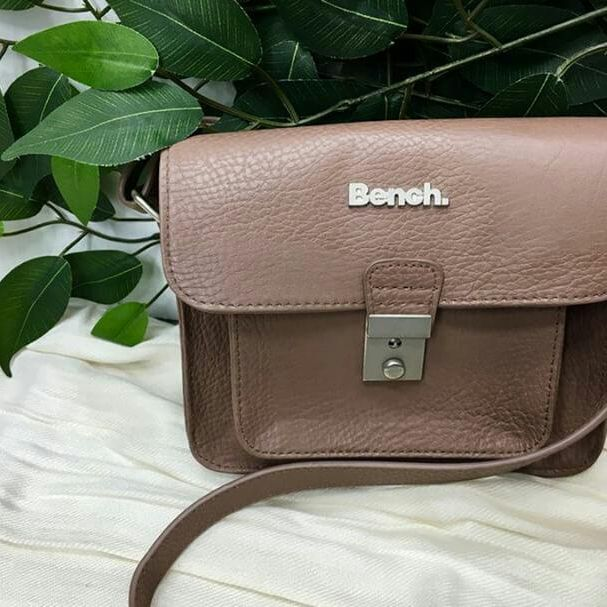 This is NOT a false alarm. This #gentlyused #Bench purse can ACTUALLY be yours for only $14. #unreal #designerdeals #getinmycloset #PlatosClosetCambridge // Bench purse, $14 // | www.platosclosetcambridge.com