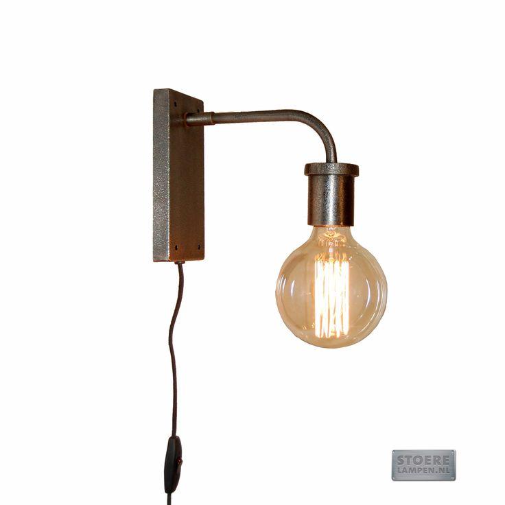 Industriële wandlamp in matte zinkkleur. Stoer en tijdloos design voor je woonkamer, keuken of slaapkamer. Geweldig met retro LED lamp, zoals de Sylvania Retro Globe.