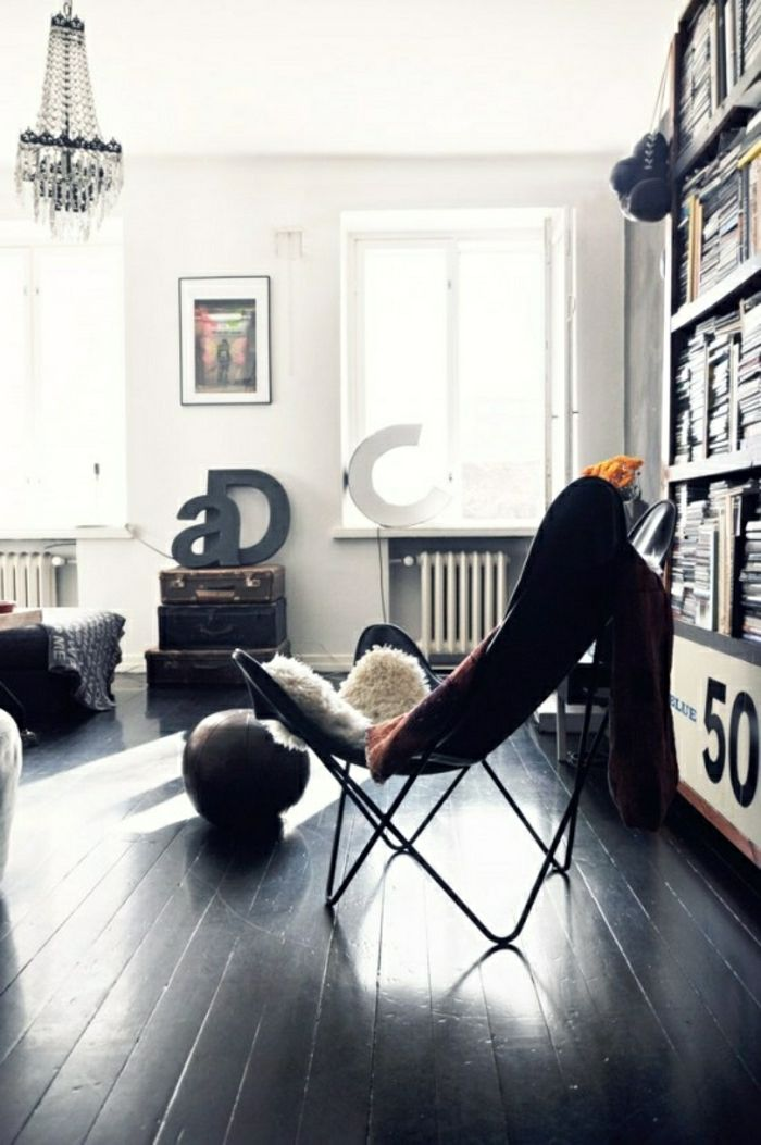 joli salon avec chaise butterfly et parquet chene massif noir