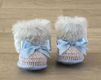 Fausse fourrure bébé garçon chaussons - gris et bleu-naissance chaussons - cadeau de bébé garçon - Ugg style - chaussons fourrure - bébé bottes d'hiver - enfant chaussures