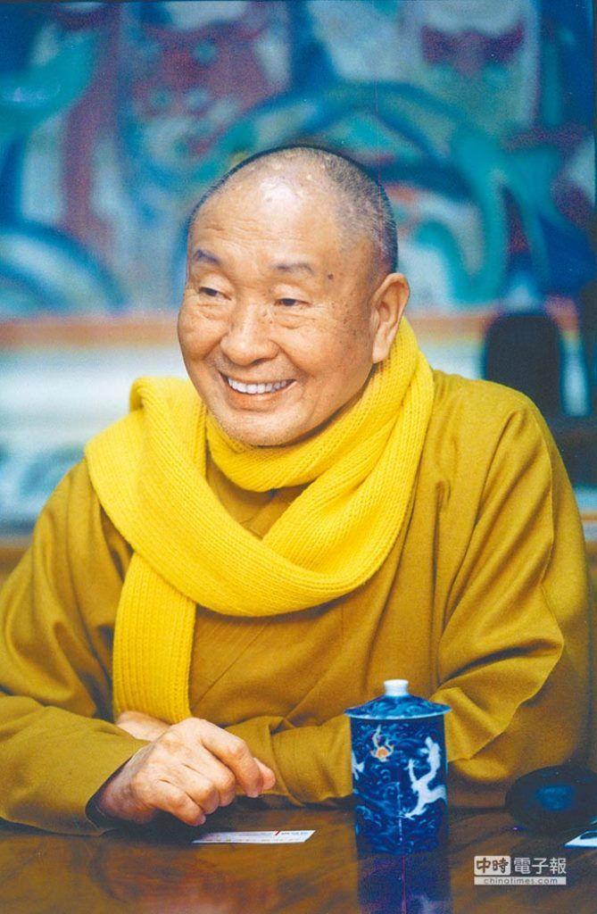 学佛与人生 惟覺老和尚 我们都希望生活要充实、愉快,也希望生存有价值、有意义;除了生活、生存外,我们还有自己的生命。人的生命是无穷尽的,社会上少数人不了解生命的可贵,所以自我放弃、自我陶醉、自我消遣,乃至于寻欢作乐。 所谓的人生,包含三个意义:一个是生活、一个是生存、一个是生命。每一个人都应该要关心自己,能够关心自己、尊重自己,一定也能够尊重他人,关心他人的生活、生存和生命。 佛法告诉我们,人有过去、现在和未来。如果我们相信人有过去、现在和未来,我们的生存空间,就是无穷尽地广大;我们的生命,就是无穷尽地长远。佛经中提到,过去是因、现在是果;现在是因、未来是果。但人们并不相信这些道理,为什么呢?一般人认为,未来的事看不见,过去的事也不知道,所以不相信过去,也不相信未来。既然不相信过去,也不相信未来,那是不是也不相信现在呢?如果连现在也不相信,人生不就失去方向了吗! 关于过去,至少我们知道父母的父母,知道曾祖父母,也知道曾祖父母的父母……,再追溯上去,历代祖先可能就不知道了。但是,不知道并不能说没有。因此,我们应该了解,过去是一定存在