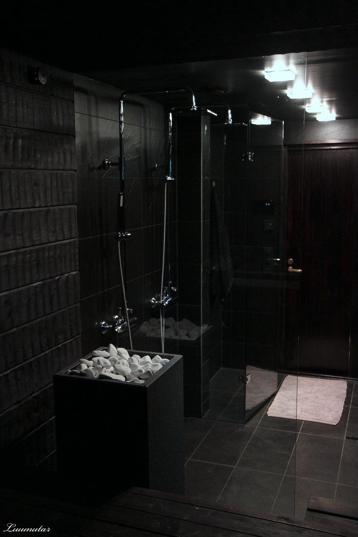 Kaaoksesta Kodiksi: musta sauna & suihkutila. Seinät piilutettua paneelia<3
