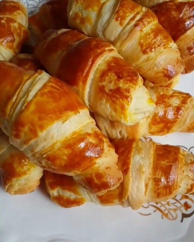 Hayırlı geceler  Tatil tatil özenli bayram kahvaltılarınıza hazırlayabileceğiniz çok lezzetli poğaçalar  Hamurunu geceden…
