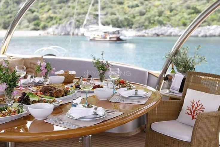 Kiralık yat silvermoon teknesinin arka güvertesindeki masa sandalye takımı. Yat Kiralama: http://dhyachting.com/tr/