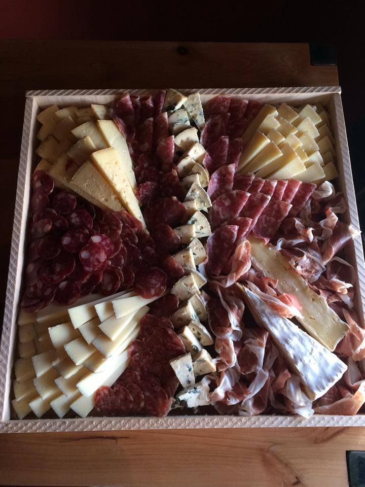 Daar wilt u toch meteen aan beginnen! Een mooie samenstelling van kaas en vleeswaren. Ook hier voorzien wij u graag van advies!