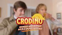 """Ritorna la pubblicità del Crodino con Owen Wilson nella parte de """"Il Biondo"""", sempre vestito di bianco, una specie di super eroe che incarna lo spirito del Crodino: gli basta un gesto per animare una cena, un party, una riunione familiare."""