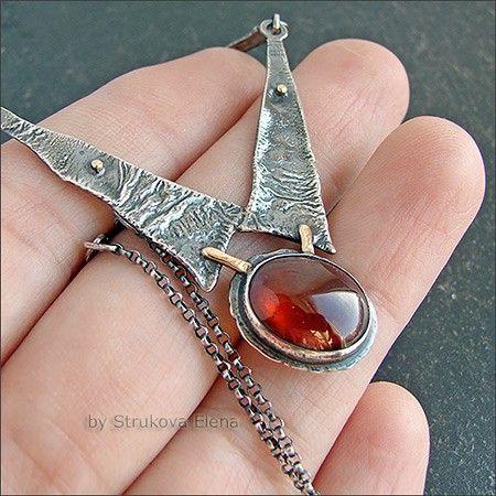 Небольшое изящное ожерелье с гранатом-гессонитом.