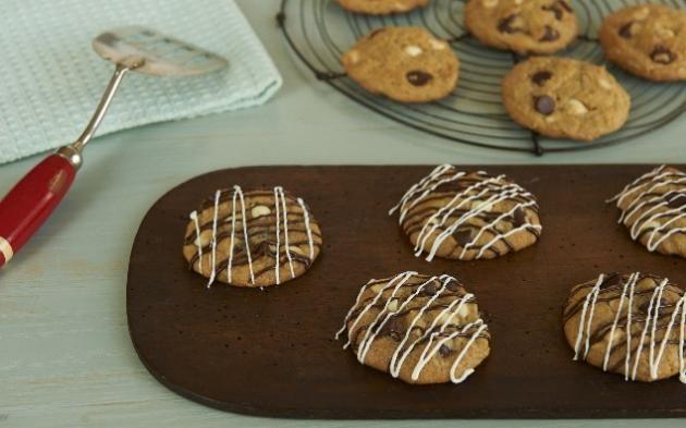 Americké sušenky s dvoubarevnými kousky čokolády » Pečení je radost