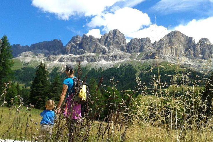 Wandern mit Kindern in Südtirol am Karersee in den Dolomiten
