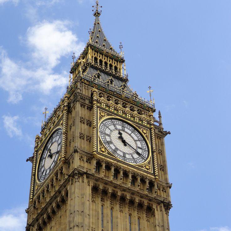 De klokkentoren van het Palace of Westminister in Londen is al indrukwekkend. Maar de klok zelf is het echte spektakel, de Big Ben, een van de zwaarste klokken ter wereld. #Londen #Engeland #stedentrip