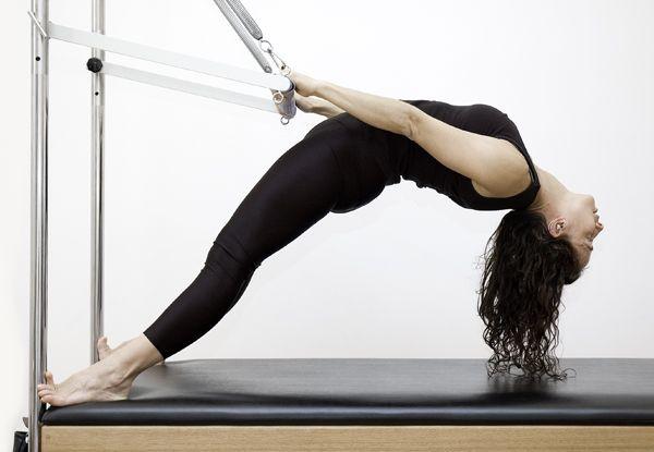 O método Pilates é um programa de movimentos designado a alongar, fortatecer e equilibrar o corpo.Ao contrário de isolar um grupo muscular quando o corpo é treinado, o Pilates integra a extremidad…