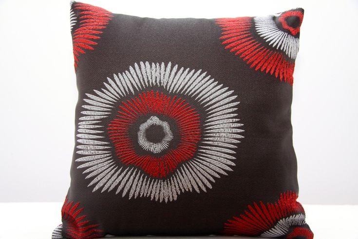 Poszewka na poduszke w kolorze czekoladowym z wzorem