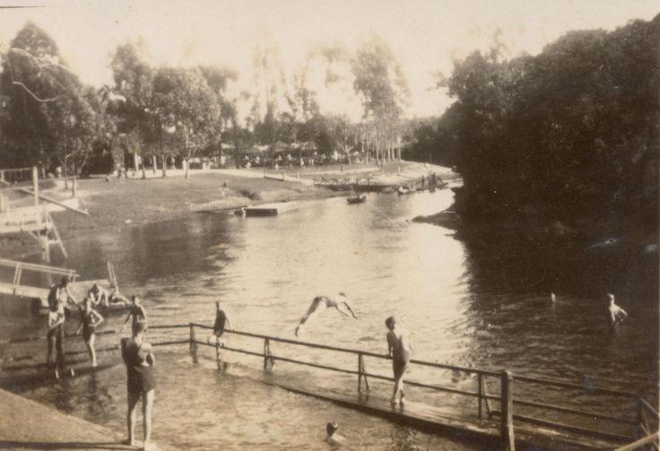 Banhistas no Rio Pinheiros, 1933 Foto tirada das dependências do S.C. Germânia, atual Esporte Clube Pinheiros.