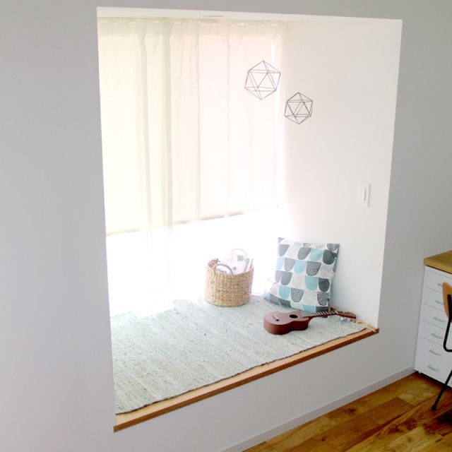 TOMさんの、On Walls,クッション,出窓,ニトリ,ウクレレ,レザーマット,子供の遊び場,多角形オブジェ,とりあえずいろいろ置いてみた,グリーンがほしい…についての部屋写真