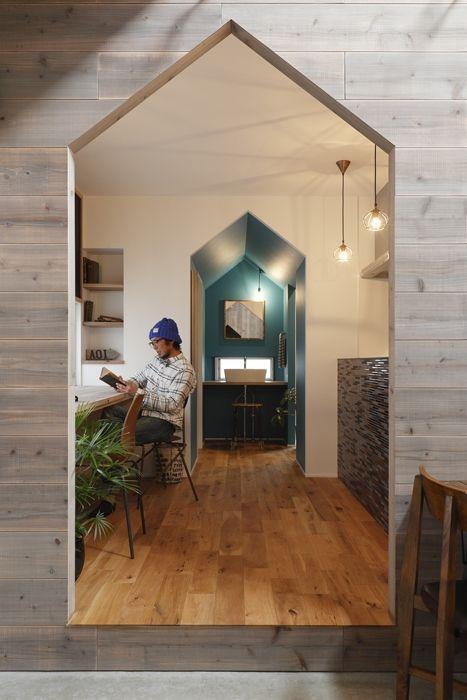 100 mq in Giappone. Questa parte della cucina termina con un corridoio cieco dipinto di blu che funge da antibagno, ai cui lati si dispongono i due servizi.