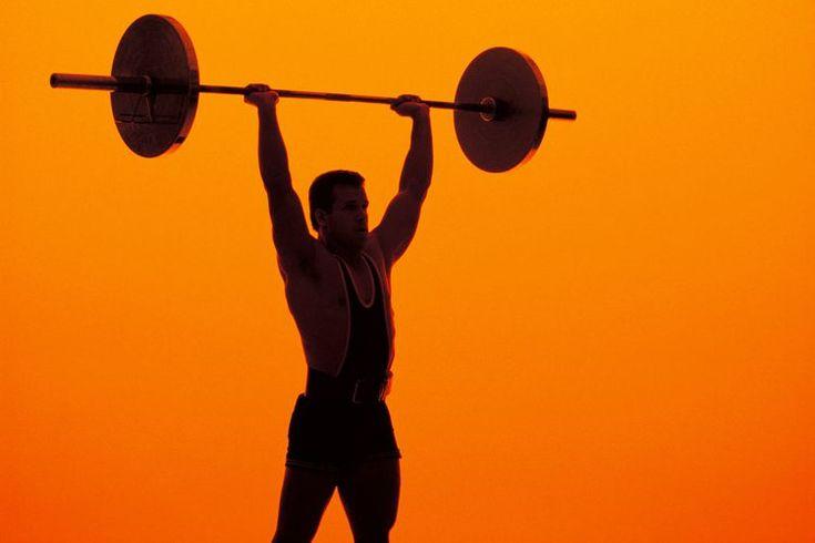 Postura dividida para press de hombros . Levantar la barra por encima de tu cabeza puede fortalecer de manera efectiva tus hombros, también conocidos como deltoides. Esto es benéfico, ya que unos hombros fuertes y bien definidos pueden hacer que tu cintura parezca más pequeña, reducir el riesgo de ...