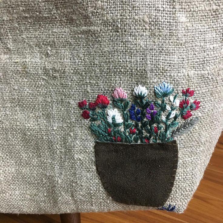 """805 Likes, 24 Comments - 진해.창원.마산 앨리의프랑스자수/리본자수 (@alley_embroidery) on Instagram: """"-2016/11/24 월요클래스 수강생의 거친 린넨 가방~ 보이지 않는 뒷부분도 예쁘게... . . . . . By Alley's home…"""""""