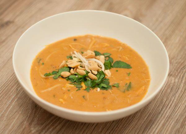 Pindasoep met taugé en kip; een pittige enverwarmende soep uit Suriname. Lekker als lunch of met stukjes brood alsmaaltijd in de avond.
