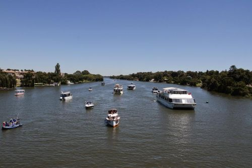The Spirit of Jen (RHS of the pic) - the biggest & most luxurious cruiser on the Vaal River!
