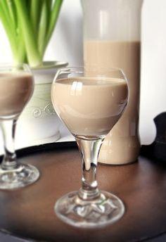 Egy finom likőr az ünnepi asztalra. Nem kell érlelni, hűtés után azonnal fogyasztható. Hozzávalók 2,5 dl tejszín 3 tojássárg...