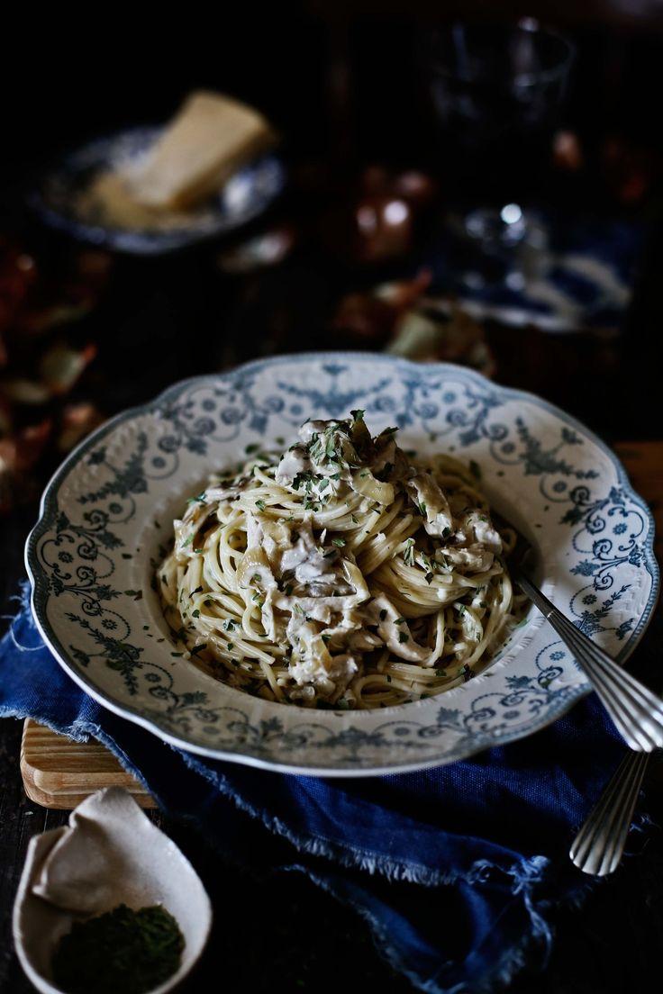 Esparguete cremoso com frango, cebolas caramelizadas e estragão